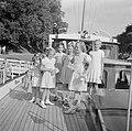 Drie Friese meisjes bieden prinses Beatrix, prinses Irene en prinses Margriet sn, Bestanddeelnr 255-7439.jpg