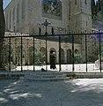 Ein Kerem. Kerk van de Visitatie een franciscaner monnik veegt het plein bij de, Bestanddeelnr 255-9302.jpg