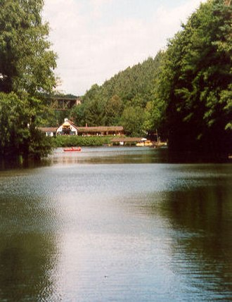 Eisbach (Rhine) - Eiswoog reservoir; at the far end the hotel on top of the Eiswoog dam can be seen; above the hotel, a section of the Eisbach Valley Viaduct is visible