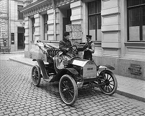 Brush Motor Car Company - Image: En av Stockholms första automobiler, en Brush Runabout, med förare på Apelbergsgatan Nordiska Museet NMA.0042174
