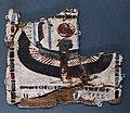 Epoca tarda, frammento di cartonnage di sarcofago con divinità femminile alata e maat, 664-332 ac ca.jpg