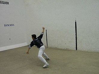 Escala i corda - León throws himself to the ground to play a bouncing ball on the rest wall