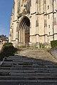 Escalier du parvis de l'église Saint-Jacques (Lisieux, Calvados, France).jpg
