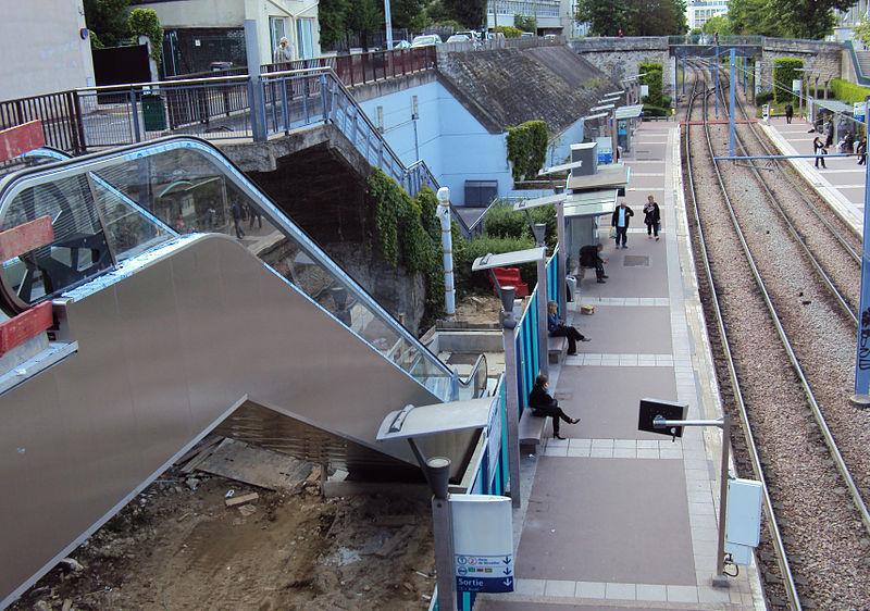 File:Escalier mecanique en construction a la station de tramway parc de Saint-Cloud.jpg
