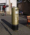 FK15 105 - Andy Murray's gold postbox, Dunblane (14837355650).jpg
