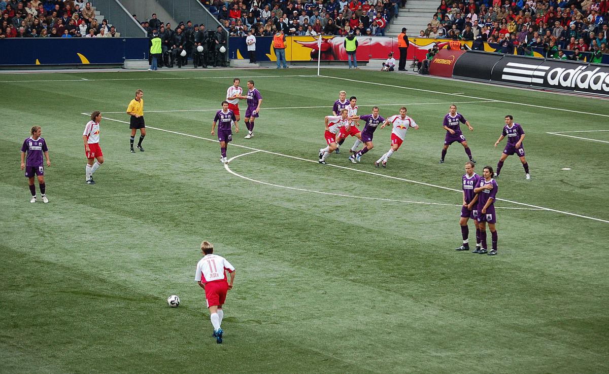 Tiro libre f tbol wikipedia la enciclopedia libre for Cuando es fuera de lugar en un partido de futbol