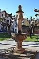 Fuente plaza de la iglesia, Ezcaray - panoramio.jpg