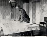 Generalfeldmarschall August von Mackensen am Kartentisch, 1915.png