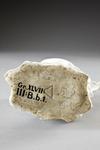 Goat and Bee jug. Undersida med stämpel - Hallwylska museet - 87063.tif