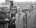 Gouverneur Platteel uit Nieuw-Guinea op Schiphol, vliegtuigtrap, Bestanddeelnr 914-3567.jpg
