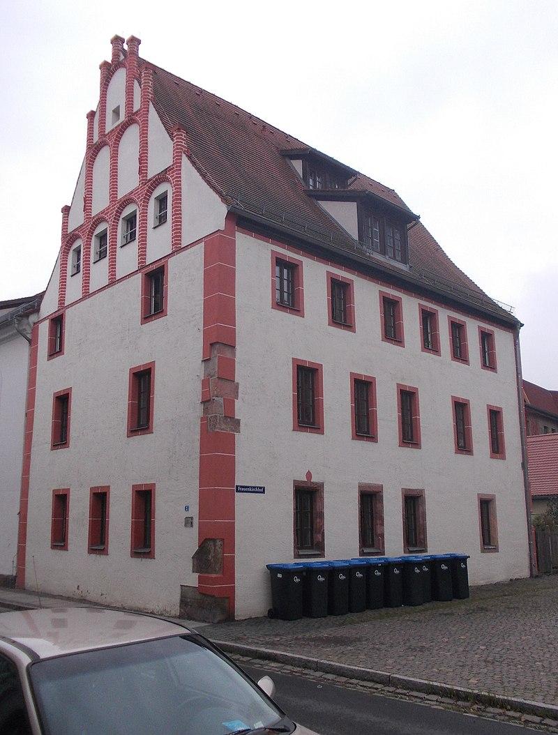 Alter Marstall; Alte Armenschule; später Handelsschule (Ehemaliger Marstall, später Schule, heute Wohnhaus, mit Anbau zur Frauenstraße)