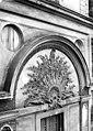 Hôtel Chenizot (ancien archevêché de Paris) - Cour intérieure, Fronton de la fenêtre située au-dessus du porche - Paris 04 - Médiathèque de l'architecture et du patrimoine - APMH00004490.jpg