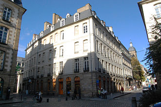 Hôtel de Blossac - Buildings on the south-east parcel, in the style adopted for the reconstruction of the city. We can see the gate of the hotel on the rue du Chapitre (left), and trees of the garden in the rue de Montfort (right).