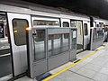 HK Tsuen Wan MTR Station platform curtain gate Dec-2012.JPG