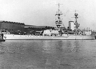 HMS Furious (47) - Stern view of Furious in 1917, showing the ship's single 18-inch gun.