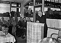 HUA-167267-Afbeelding van N.S.-architect ir. H.G.J. Schelling tijdens zijn toespraak bij de opening van het nieuwe N.S.-station Hengelo te Hengelo, in de wachtkamer 3e klasse van het station.jpg