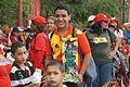 Hace la cola con su muñeco de Chávez (8562480926).jpg