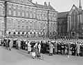 Herdenking St. Jorisdag op de Dam in Amsterdam. Vlaggenparade, Bestanddeelnr 908-5176.jpg