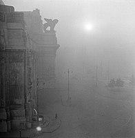 Het Stationsplein in Milaan in de mist, Bestanddeelnr 252-0035.jpg
