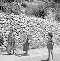 Het dorp Peki'in in Opper Galilea. Twee jonge meisjes met voorwerpen van vlechtw, Bestanddeelnr 255-3752.jpg