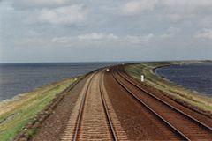 La chaussée ferroviaire de Hindenburgdamm à travers la mer des Wadden à l'île de Sylt dans le Schleswig-Holstein, Allemagne