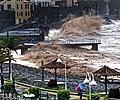 Hohe Atlantikwellen brechen sich am Strand von Santa Cruz (Madeira). 08.jpg