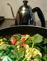 Huevos revueltos con tomate y espinacas.png