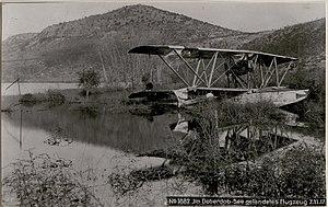 Im Doberdob-See gelandetes Flugzeug (BildID 15737460).jpg