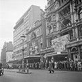 In de rij voor de Empire bioscoop met een voorstelling van Gone with the Wind, Bestanddeelnr 254-1973.jpg