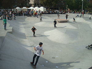 Skateboarding styles - Riders at a skate park