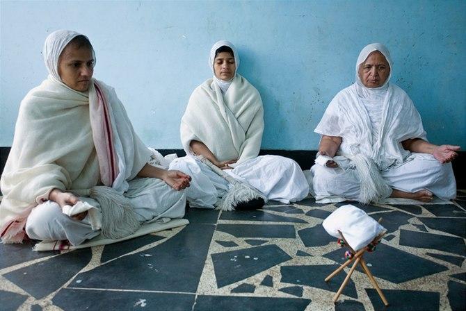 English: Jain sadhvis meditating (in Brindavan...