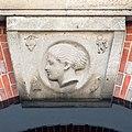 Johanneum (Hamburg-Winterhude).Bauschmuck.Weinberger.Arkaden.Werksteinrelief 1.Apollo.21907.ajb.jpg