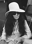 John Lennon en echtgenote Yoko Ono vertrekken van Schiphol naar Wenen in de vert, Bestanddeelnr 922-2499 (cropped).jpg