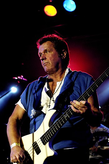 English: Photography of John Wetton playing ba...
