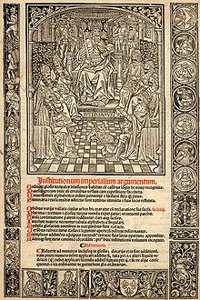 Détail d'un manuscrit écrit en latin, en haut un dessin montrant un homme sur un trône