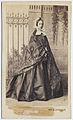 Kabinettsporträtt. Porträtt i helfigur av stående kvinna iklädd vid, blank kjol - Nordiska Museet - NMA.0053180.jpg