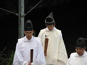 Shaku (ritual baton) - Image: Kamogawa ceremony 01