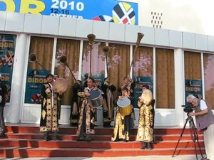 ファイル:Karnaychi (karnay musicians) at the Didor International Film Festival, Dushanbe, Tajikistan - 20101012.ogv