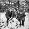 Kinderen spelen in de sneeuw in het Sarphatipark (Amsterdam), Bestanddeelnr 909-3130.jpg