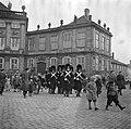 Koninklijke garde en toeschouwers op het plein van Slot Amalienborg, Bestanddeelnr 252-8698.jpg
