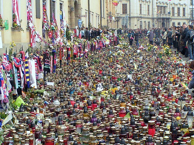 Hommage rendue à Jean Paul 2 après sa mort en avril 2005. Photo de  Wuhazet-Henryk Żychowski.