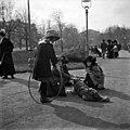 Lapsia leikkimässä Runebergin Esplanaadilla. - N2025 (hkm.HKMS000005-000001l1).jpg
