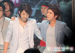 CNBLUE - Bassist Lee and frontman Jung in midst of M Countdown flming, 2010