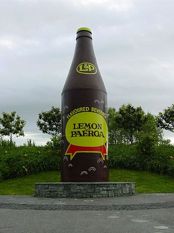 English: L & P bottle model in Paeroa, showing...