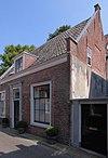 foto van Laag huis met rechte kroonlijst, zadeldaken eindigend in dubbele topgevels