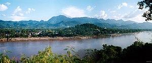 Luangphabang nhìn từ hữu ngạn sông Cửu Long (hình toàn cảnh)