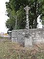 Ménil-la-Horgne (Meuse) croix de chemin sculptée (01).JPG