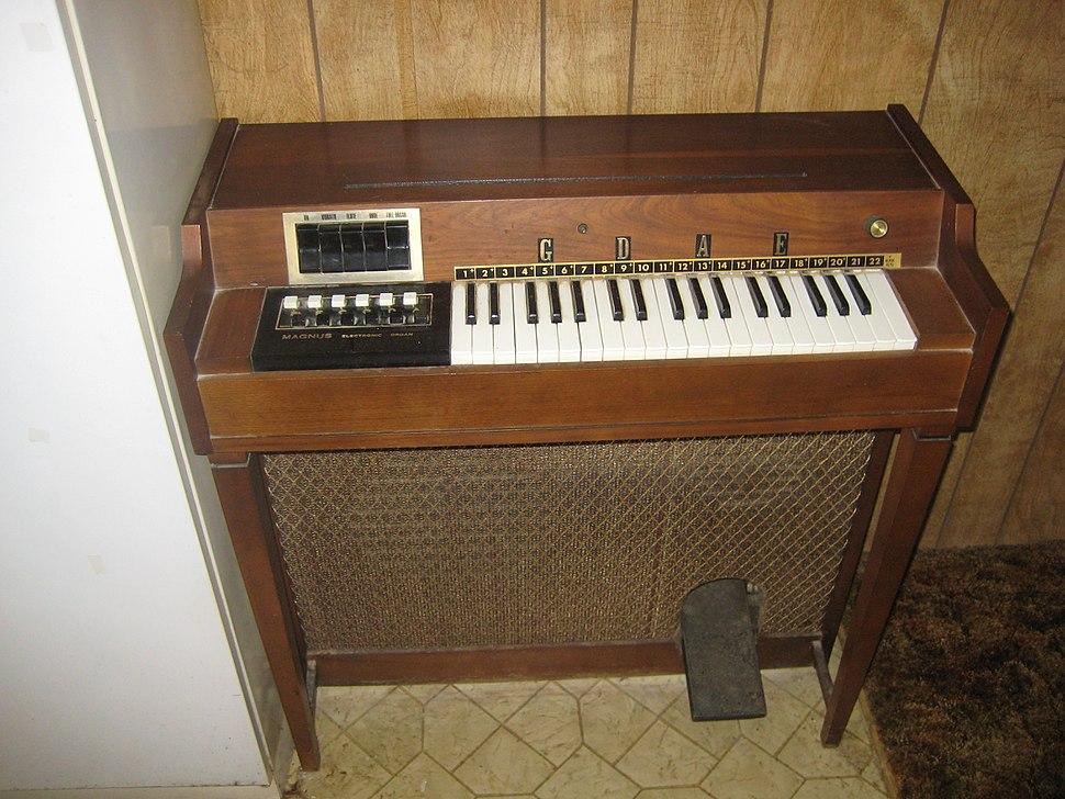 Magnus electric chord organ (free stand, wood, 3oct, 6maj, 6min, 3stop, vib)