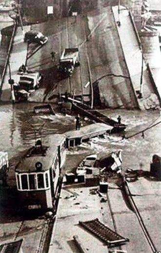 Margaret Bridge - Image: Margit híd 1944. november 4