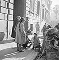 Meisje kijkt naar een zittend meisje met een pop met daarnaast een man op de hur, Bestanddeelnr 254-5488.jpg